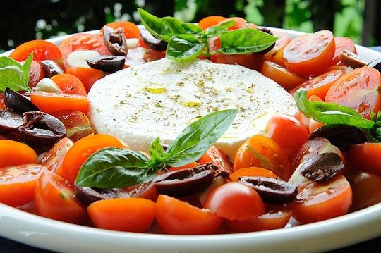 Formaggio fresco con insalata di pomodorini e olive