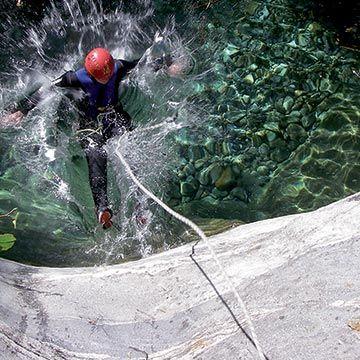Esplorate con il #canyoing i luoghi più nascosti dei torrenti in Valtellina. Camminate nelle gole, scivolate nei toboga di roccia, superate a nuoto o in tuffo correnti e cascate: questo è il canyoning, un'esperienza emozionante, adatta a tutti.  #valtellina