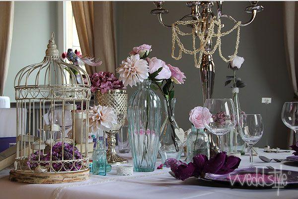 Vitnage Tischdekoration mit Vogelkäfig, Vasen und Silberkelch für Hochzeitsdeko.