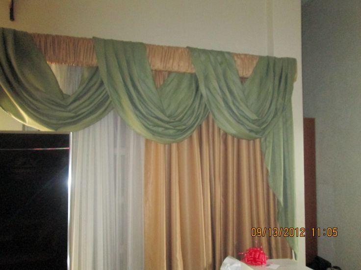 Cenefa de ondas continuas, sobre regla de madera, forrada con la atela de la cortina. Complementa una cortina translucida de marquiset.