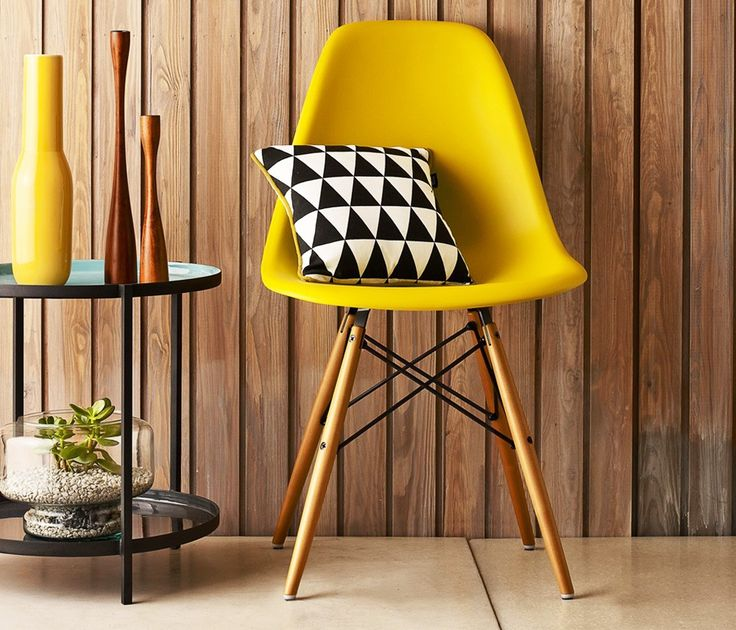 """Conhecida como Cadeira DSW, a eames com base em madeira foi criada pelo Casal Eames.  A descoberta do uso do plástico reforçado, permitiu que o casal criasse esse estilo de cadeira torre eiffel, com assento resistente e pés """"banana""""."""