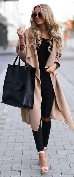 beige Mantel, schwarzes Trägershirt, schwarze enge Jeans mit Destroyed-Effekten, hellbeige Leder Sandaletten – lena