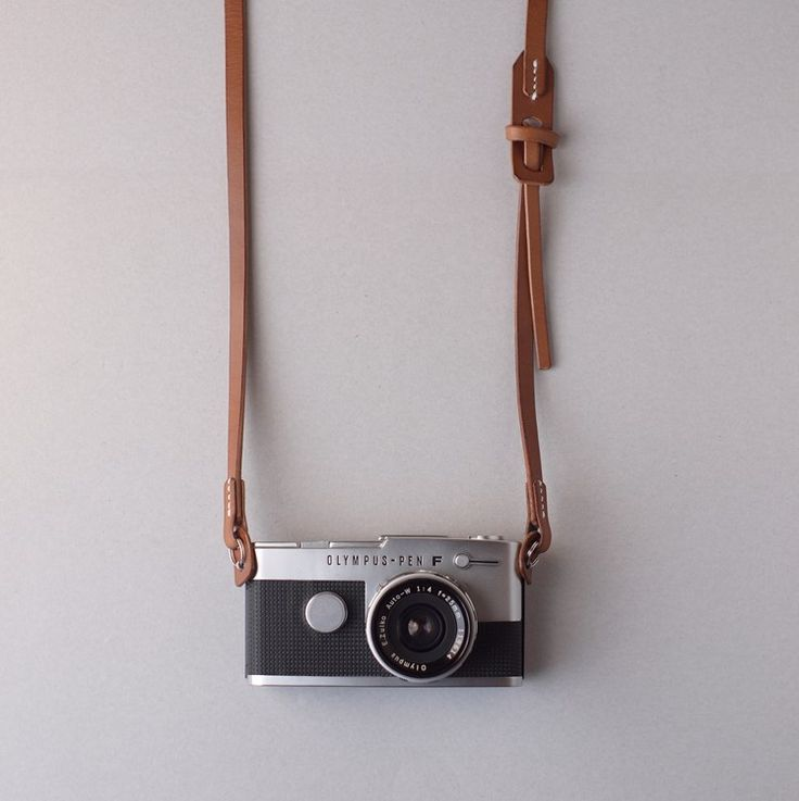 カメラストラップ2型は、カメラを傷つける金具を極力使用しない、シンプルなストラップです。イタリア鞣しのベルト用の植物タンニン鞣し革は大変丈夫です。さらにカメラ吊部分はナイロンテープで補強