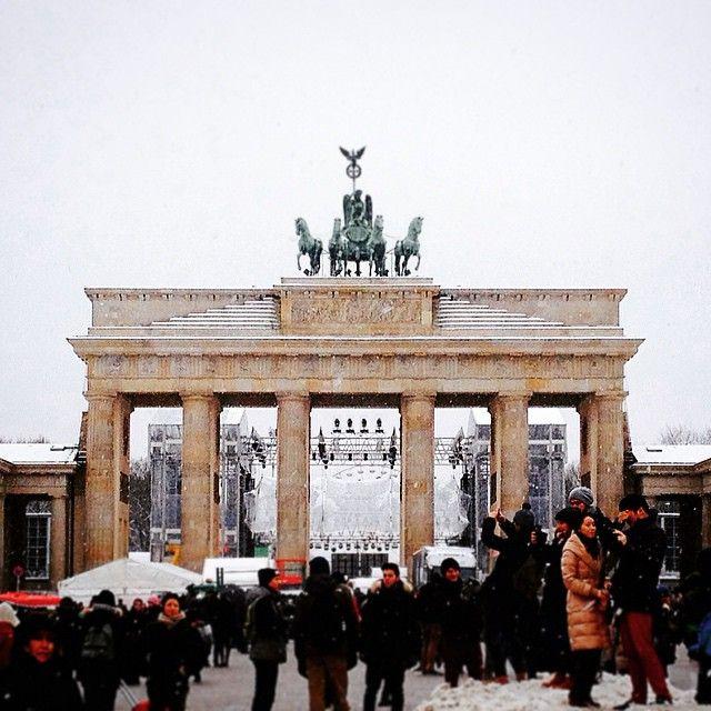 O portão foi restaurando entre 2001 e 2002 e uma grande festa foi feita para sua reinauguração em 03 de outubro de 2002, dia em que é comemorada a reunificação da Alemanha. Depois da restauração o tráfego de veículos foi fechado e por ele somente pedestres podem passar! O portão de Brandenburgo é hoje o símbolo da unificação alemã e é nele que as grandes festas de #Berlim acontecem! Das duas vezes que visitamos Berlim o #brandenburgertor estava sendo preparado para a festa de réveillon!