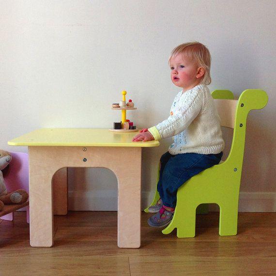 Questo divertente, sedia del compensato di dinosauro del Brontosaurus è adatto per bambini dai 18 mesi + o da quando possono sedersi in posizione verticale senza aiuto per circa 8 anni di età. Abbiamo amorevolmente a mano rendono ogni sedia su ordinazione per voi nella nostra officina. Perfetto per sedersi a fianco del nostro tavolo Piggl.  -NUOVO! Aggiungere il nome di un bambino allo schienale per £5,00 (contattaci con il nome richiesto). -Realizzato da 12mm e 18mm multistrato di betulla…