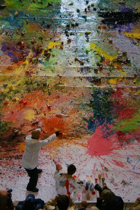"""Shozo Shimamoto, Samurai, acrobata dello sguardo, performance """"bottle crash"""", Palazzo Ducale, Genova 2008, Foto A. Mardegan, Courtesy Fondazione Morra"""
