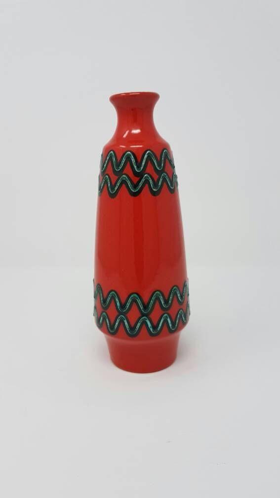 Diese Vase ist ein typisches Stück deutscher Mid Century Keramik. Die Firma Marzi & Remy wurde 1879 im Raum namens Westerwald gegründet. Dieser Bereich ist weltweit bekannt für seine Keramik. Leider wurde das Unternehmen im Jahr 1990 geschlossen, weil sie Insolvenz angemeldet