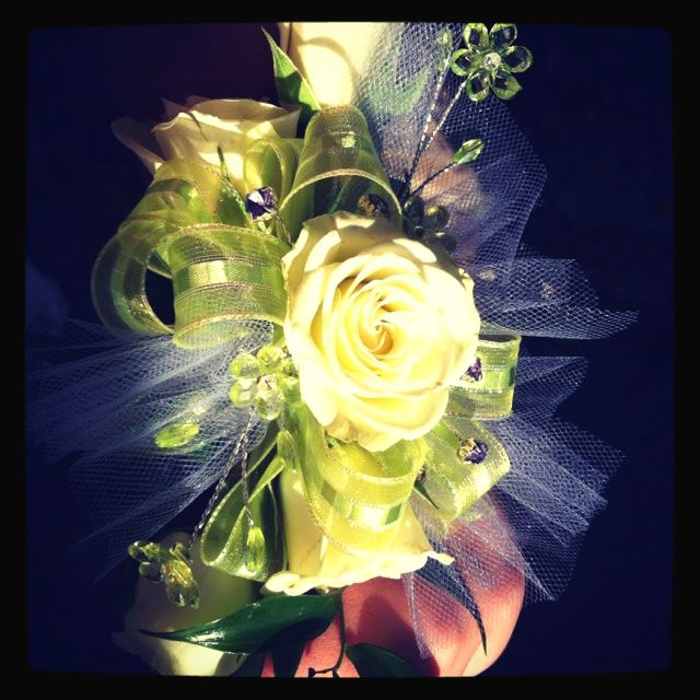 Prom Corsage Ideas | Prom flowers