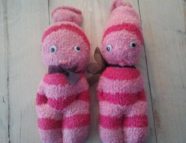 Sok poppen Dikke ''knuffelige'' sokken vullen. Contouren naaien en naar eigen smaak aankleden. Tip: voor kleine kinderen geen harde, losse onderdelen erop naaien.