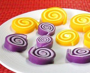 Prepara fácilmente en casa estos simpáticos espirales de gelatina: Estas alegres gelatinas con una capa de malvavisco se pueden preparar con los colores que convengan para cualquier ocasión.