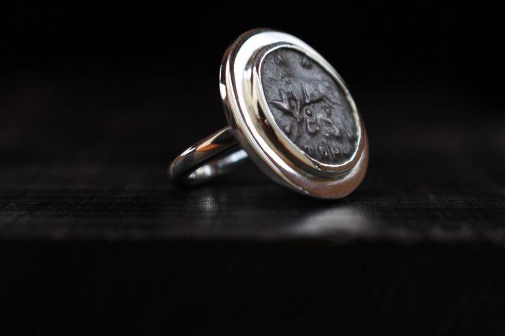 Bague en argent réalisée avec une authentique pièce de monnaie Romaine.   - Date : 330-333 apr. J.-C.  - Représentation : La louve allaitant Romulus et Rémus, au dessus les deux étoiles des Dioscures.   - Bague Unique  - Poids : 9.6g  - diamètre plateau : 23mm