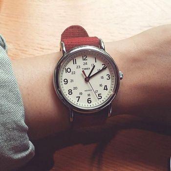 腕によく馴染んでくれるWEEKENDER。付ける人を選ばない、懐の深い腕時計です。