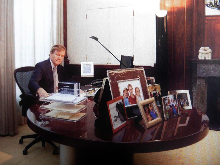 Willem-Alexander heeft zijn werkkamer op Noordeinde voorzien van familiefoto's