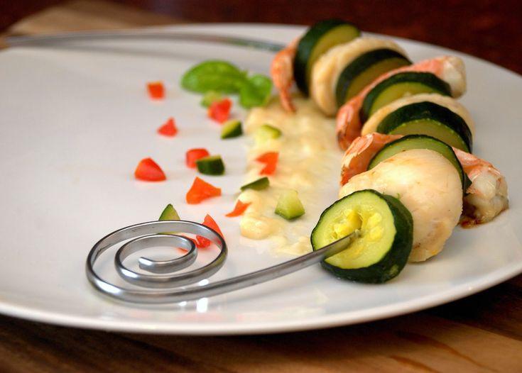 Spiedino di capesante scampi e zucchine con crema all'aglio / Skewer of scallops, scampi and zucchini with garlic cream