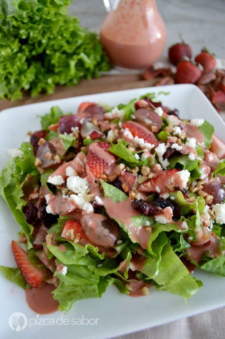 Ensalada con uvas, fresa, nuez y queso www.pizcadesabor.com