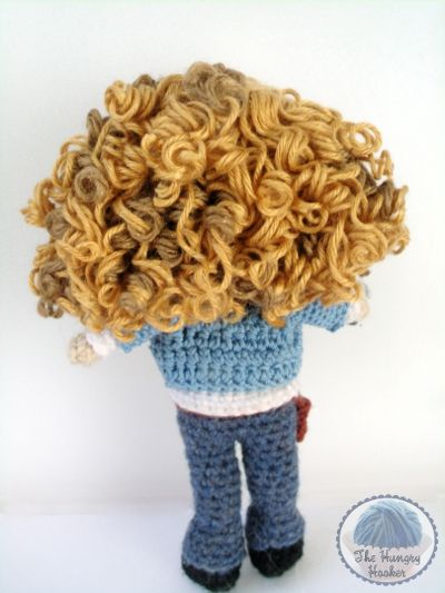 The Hungry Hooker tutorial on how to make curly yarn hair for dolls. - http://hungryhooker.blogspot.it/2011/06/curly-yarn-doll-hair-tutorial.html