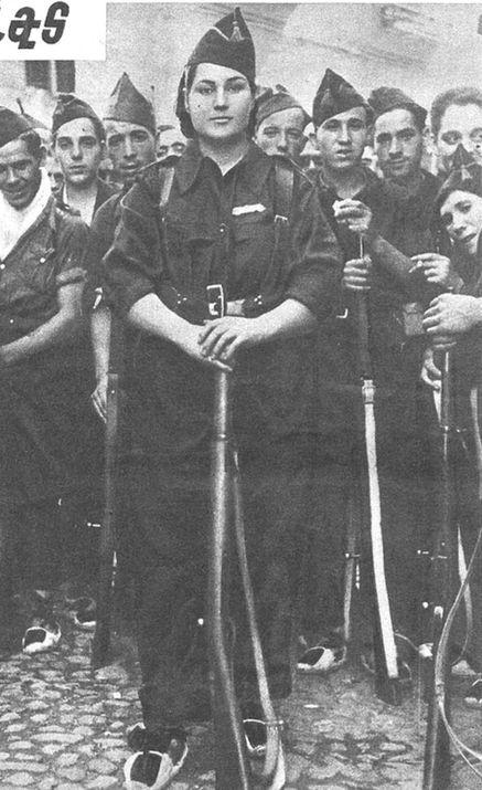 """Francisca Solano, una miliciana con mucho respeto de los hombres en la guerra. """"Estampa"""" 8 de Agosto 1936."""