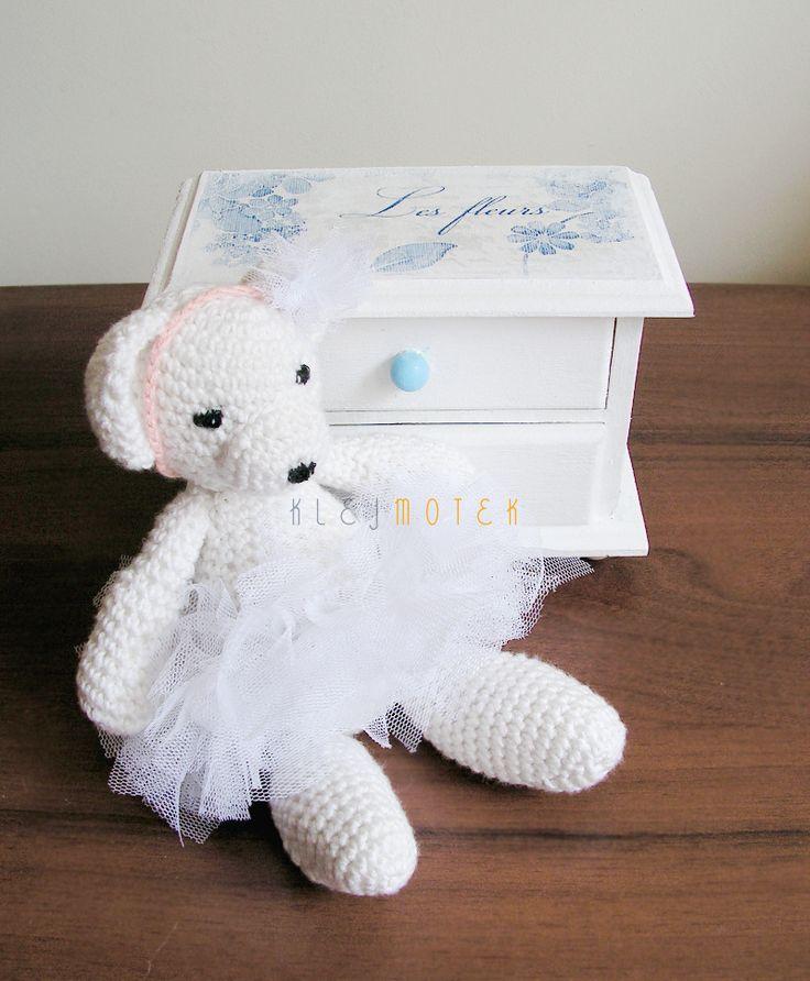 Słodycz bez cukru: Misia Baletnica i minikomódka  little crochet ballerina teddy bear http://klejmotek.blogspot.com/2014/08/sodycz-bez-cukru-misia-baletnica-i.html