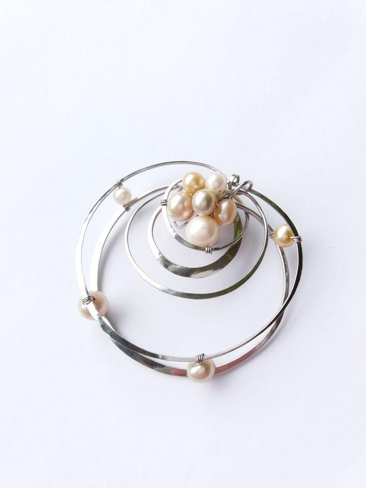 """Brož+B57P+""""Krása+v+jednoduchosti""""+exkluzivní+perly+Autorský+šperk.+Originál,+který+existuje+pouze+vjednom+jediném+exempláři.Vyniká+jednoduchým+a+přesto+originálním+prostorovým+tvarem,+elegancí+čistých+linií+a+vynikající+kvalitou+i+barevností+výběrových+perel+v+teplých+tónech.+Prostorové+řešení+celého+prvku+způsobuje+to,+že+z+každého+úhlu+pohledu+vypadá..."""
