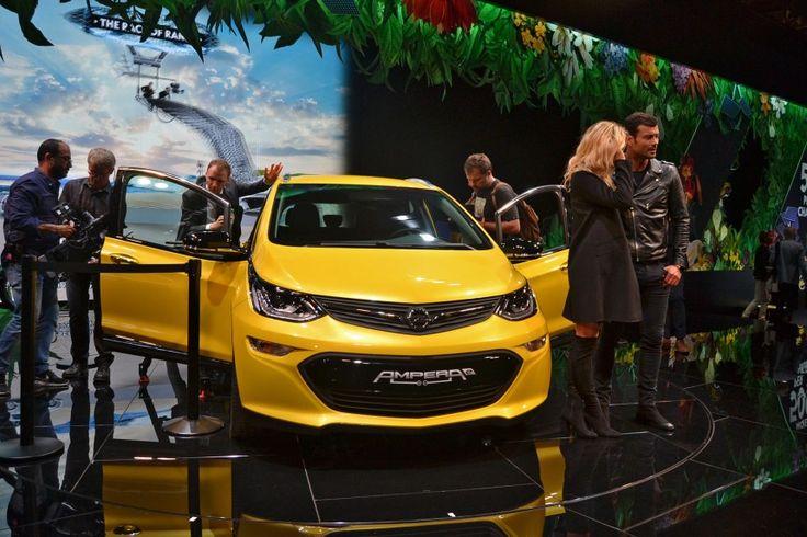 Новинка носит имя Opel Ampera-e, ноочень важно непутать этот автомобиль спросто «Амперой». Если последний — это гибридный хэтчбек, тоAmpera-e — это городской электрокар, являющийся «братом» заокеанского Chevrolet Bolt. Покрайней мере, потехнике отличий нет. Вдвижение автомобиль приводит 204-сильный электромотор, позволяющий разогнаться до120 км/ч за7,7 секунды. Максимальная скорость — 150 км/ч. Вобщем, нехуже BMW i3. Асучетом запаса …