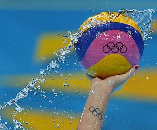 Gabriella's Szucs from the U.S controls the ball during their women's preliminary round Group A water polo match against Hungary at the London 2012 Olympic Games. (Photo by Laszlo Balogh/Reuters)