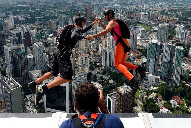 Pour son 12e anniversaire, le KL Tower International Jump vient de rassembler une centaine de base jumpers du monde entier à Kuala Lumpur, en Malaisie. Plus de photos en cliquant sur l'image