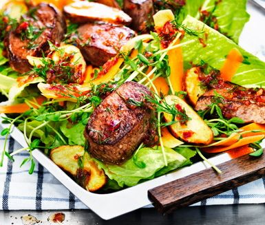 Ett vackert recept på matig vintersallad av bland annat lamm, potatis och romansallad. Du serverar salladen med en utsökt vinägrett av bland annat dill, honung och vinäger!
