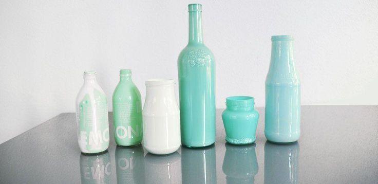Farbe im Altglas: Vasen einfach selber machen mit Acrylfarbe