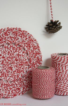 Dessous de plat crocheté en Bakers Twine / Bakers Twine potholders.  Nice for Christmas