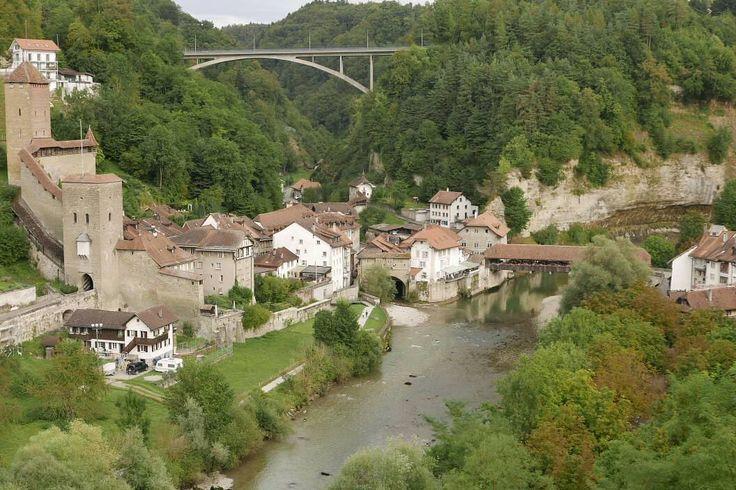Prachtig dat 'lage deel' van Fribourg. Met links de poort van en naar Bern (vroeger). #photography #travelphotography #traveller #canon #canonnederland #canon_photos #fotocursus #fotoreis #travelblog #reizen #reisjournalist #travelwriter#fotoworkshop #fotocursus #willemlaros.nl #reisfotografie #moto73 #suzuki #v-strom #MySuzuki #motorbike #motorfiets  #switzerland #zwitserland #grandtour #fb #tw