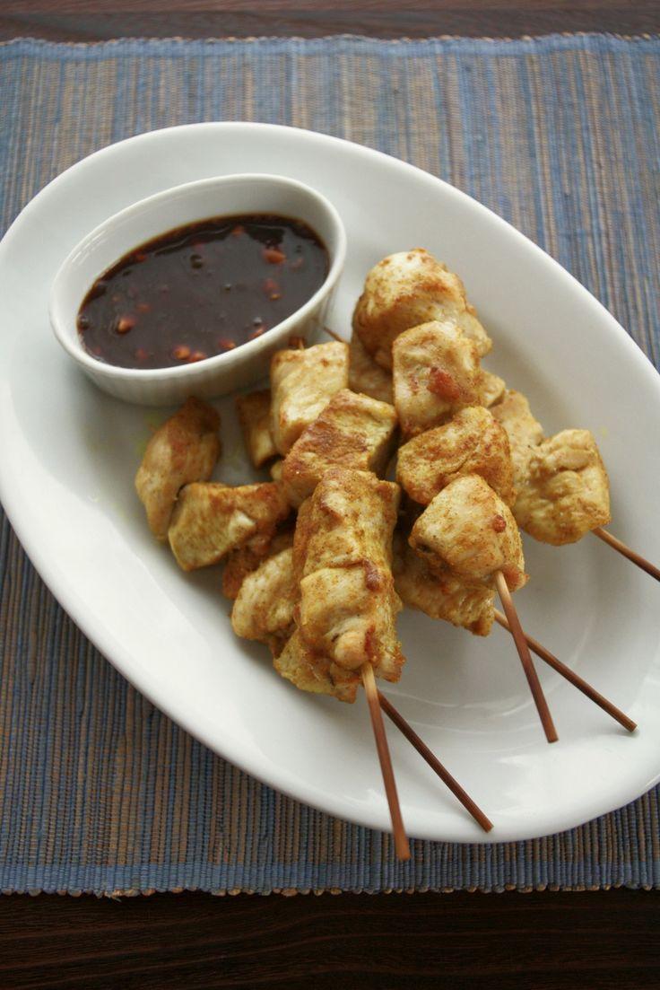 インドネシア的焼き鳥、サテアヤム by ヤミー / 東南アジア一帯で食べられているサテ。タイだと豚肉が多いですが、インドネシアは鶏肉が中心。本来はケチャップマニスや色々スパイスで漬け込みますが、このレシピではカレー粉でお手軽に。そしてつけダレはピーナッツバターでとろみをつけたものにしました。(食堂のランチメニュー用レシピなので食べやすいように)このたれとの組み合わせが絶妙なので、たっぷりつけてどうぞ!バーベキューに�%8