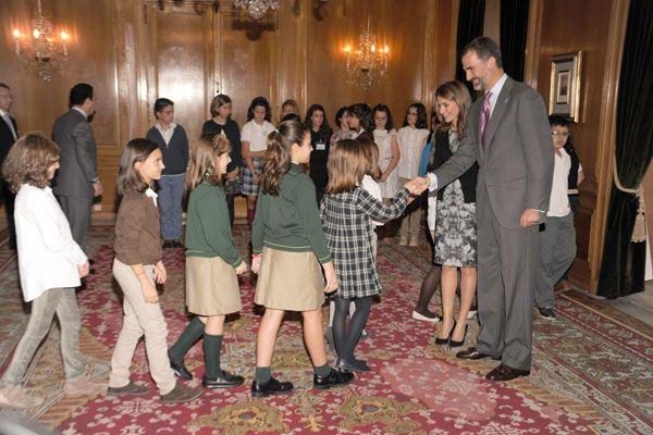 Los príncipes de Asturias llegaron esta mañana a Oviedo para entregar los premios que llevan su nombre. Letizia y Felipe fueron recibidos con lluvia.