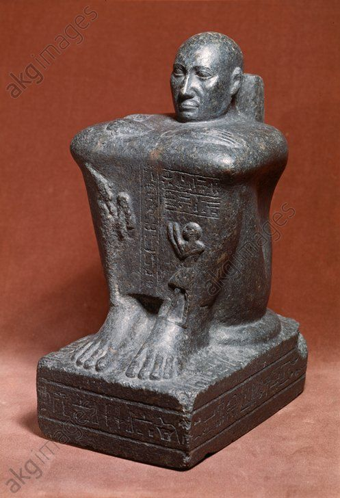 Granite cube statue of Petamenopet, First Prophet of Amun, and First Lector Priest. Höhe: 31 cm. Kushite Ethiopian 25th Dynasty, 680BC, reign of king Taharqa.