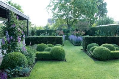 Love this style, hedges, shapes, but still room for flowers.