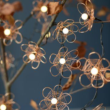 Une guirlande lumineuse décorée de fils de cuivre / A string of fairy lights decorated with brass