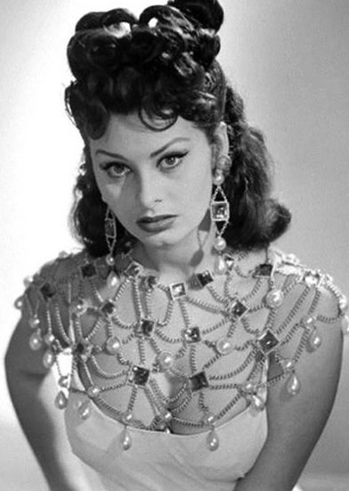 Who needs a necklace? Amazing vintage dress and beautiful Sophia Loren