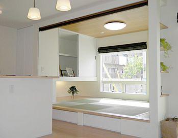外観:片流れの屋根に白い外壁、バルコニーのアクセントが特徴的なコンテンポラリーのお家です。南面には、大きな窓をとっており部屋の中でも日当たりは良好です。<br> 将来、太陽光発電システムも載せることができるように設計しています。