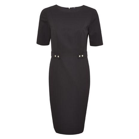 Fekete, karcsúsított ruha, ami ideális alkalmi vagy irodai viselet. Hűvös időben párosítsd kardigánnal vagy blézerrel.