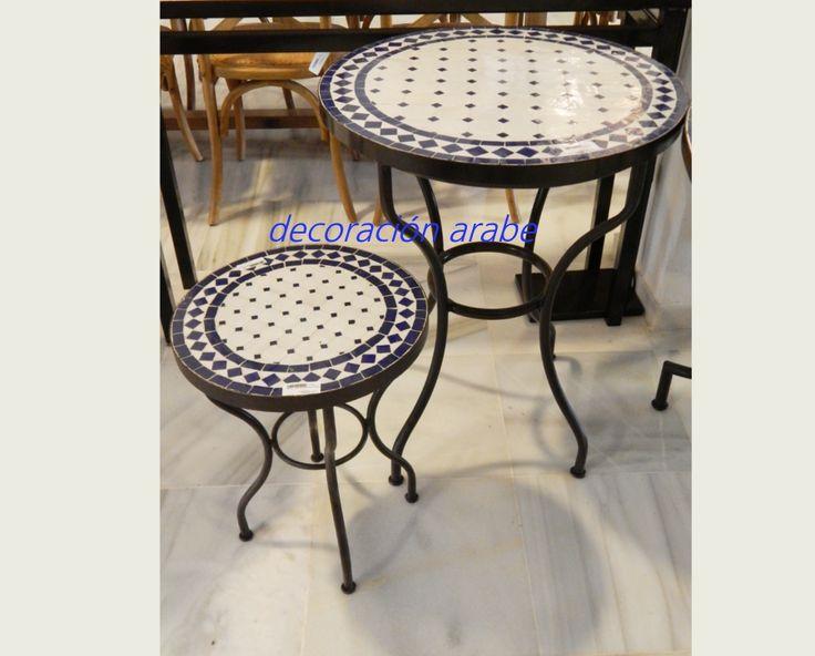 Mesa árabe de mosaico redonda y forja, azul  Mesa de la artesanía árabe marroquí hecha en mosaico con dos colores blanco y azul . Soporte y pies de hierro forjado. Excelente calidad y acabado. ideal para el exterior de la casa, terraza, jardín. estilo árabe para el hogar.    Diferentes tamaños:    Mesa 1: 40 cm de diámetro x 50 cm de alto: 90 €.    Mesa 2: 60 cm de diámetro por 76 cm de alto: 145 €.    Mesa 3: 80 cm de diámetro por 76 cm de alto: 260 €.    Mesa 4: 100 cm de diámetro por 76…