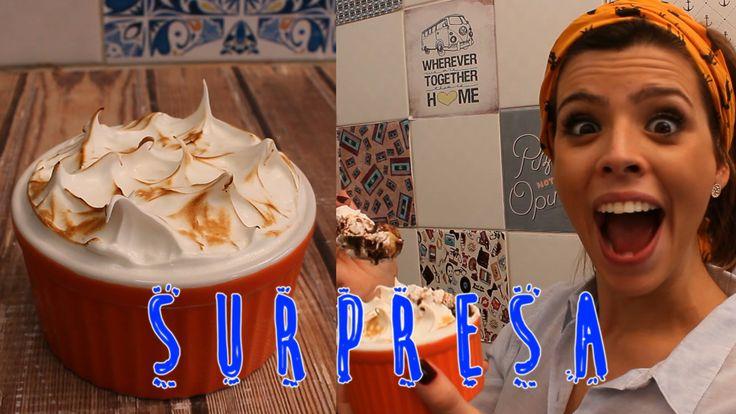 Olha que doce SURPRESA!! :D Chocolate, banana caramelizada, merengue e muito sabor!! hummmm! Receita completa no nosso BLOG: http://tpmpraquetequero.com/2015...
