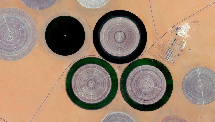 12/8/2014 Kufra бассейна Сельское хозяйство Проект Kufra район, Ливия 24 ° 11'N 23 ° 17'E Kufra бассейна в пустыне Сахара Ливии является одним из наиболее сильно орошаемые оазисы в мире.  Ливийское правительство приняло план в 1970-е годы, с тем чтобы сельскохозяйственное выращивание в пустыне путем извлечения воды из водоносной системы Нубийских песчаников, не возобновляемый источник ископаемого воды, расположенной под поверхностью.  Потому что только 2% земли Ливии получает достаточное…