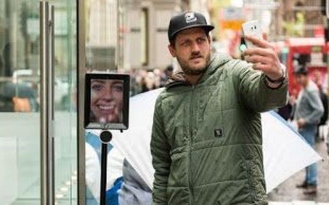 Perché ostinarsi a fare la fila quando il robot può farla per noi? Tutti vogliono acquistare l'Iphone 6s, ma nessuno vuol fare la coda davanti al negozio. Cosa fa una ragazza australiana? Al suo posto manda un 'robot telepresenza' (una sorta di Ipad montato su un Se #robot #aspetta #store