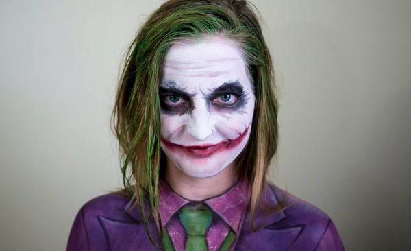 Le Joker - La jeune maquilleuse Elsa Rhae assure. Elle maîtrise l'art du Maquillage et se transforme en personnage de jeux vidéo, de séries ou de films en quelques coups de pinceau.