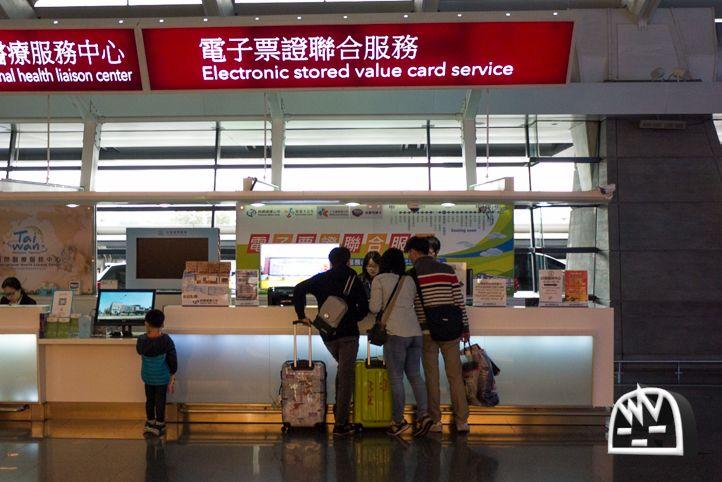 今回の台湾旅行、まずは台湾桃園国際空港(Taiwan Taoyuan International Airport)で台北地下鉄(MRT)、台湾鉄道、バス、コンビニ、スーパーマーケットなどで支払いができる便利な交通カード「悠遊カード(悠遊卡・EasyCard・イージーカード・ようようかーど)」を買ってみました。