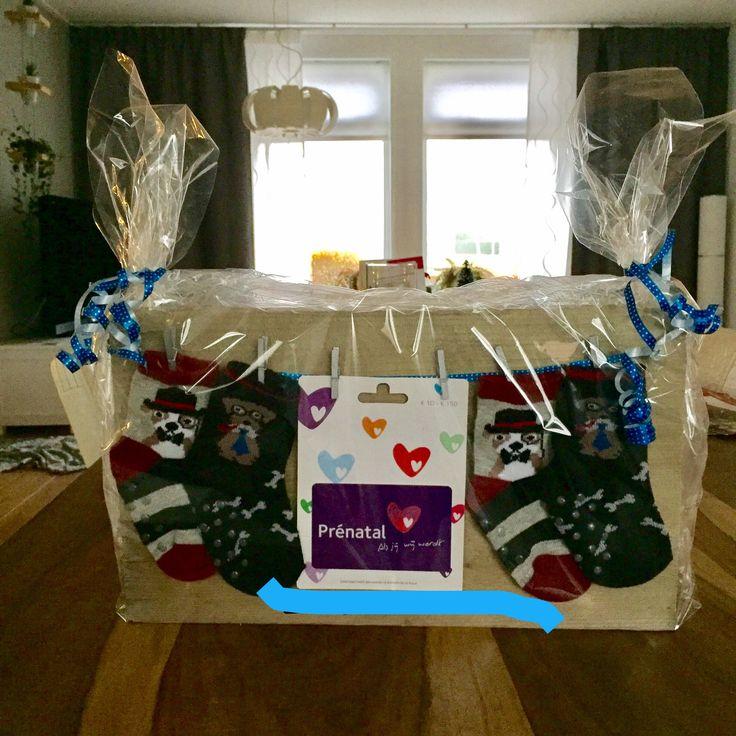Kraamcadeautje Steigerhoutenplankje waslijntje gemaakt met sokjes en een cadeaubon. Met de naam en de geboortedatum erbij.