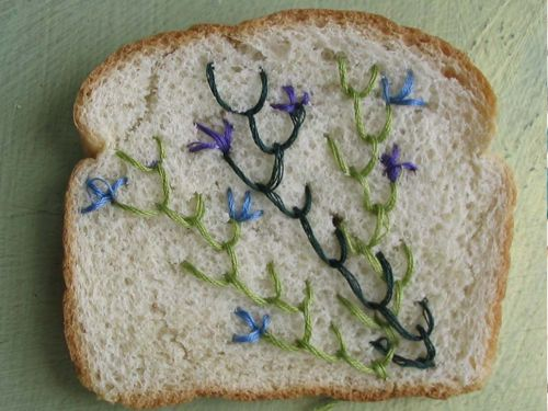 Embroidered bread. Broodje borduursel. Van Catherine Mcever http://www.stylink.nl/Borduren.html
