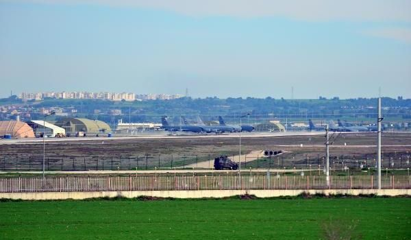 Türkiye – SURİYE'deki gerginliğin ardından gözlerin çevrildiği İncirlik Üssü'nde, 11 kargo uçağı, apronda park halinde görüldü.
