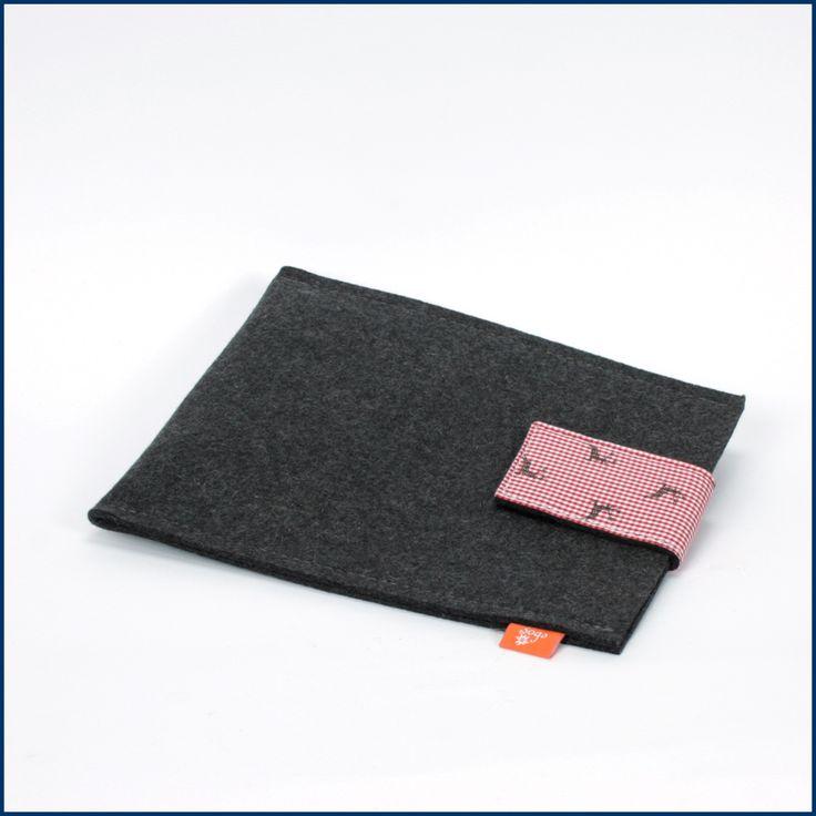 Auch unsere #iPads und #Tablets haben es gerne warm und kuschelig! Und es schützt gegen #Kratzer, #Herunterfallen und #Nässe. Und passend zum #Herbst sind sie auch noch: Unsere schöne #iPad #Hülle aus #Filz mit wahlweise #roter oder #grüner Lasche! Erhältlich im #Feingefühl #Onlineshop! http://feingefühl-shop.de/haus-und-hof/papier-und-buero/416/sleeve-fuer-ipad