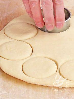 Dough for scones without butter - Con l'Impasto per Scones senza burro preparerete scones più leggeri. Ecco i dolcetti scozzesi simili per lievitazione alla pasta brioche, ma meno dolci.
