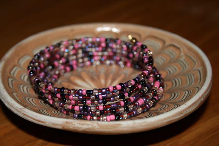Bratara pe sarma cu memorie, cu margele colorate. Culori: mov, roz, gri/negru metalic, roz deschis semi-transparent, maro semi-transparent. Latime - 6 spire. P15